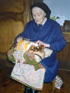 soeur Madeleine fait de la dentelle, congrégation des soeurs de l'enfant jésus