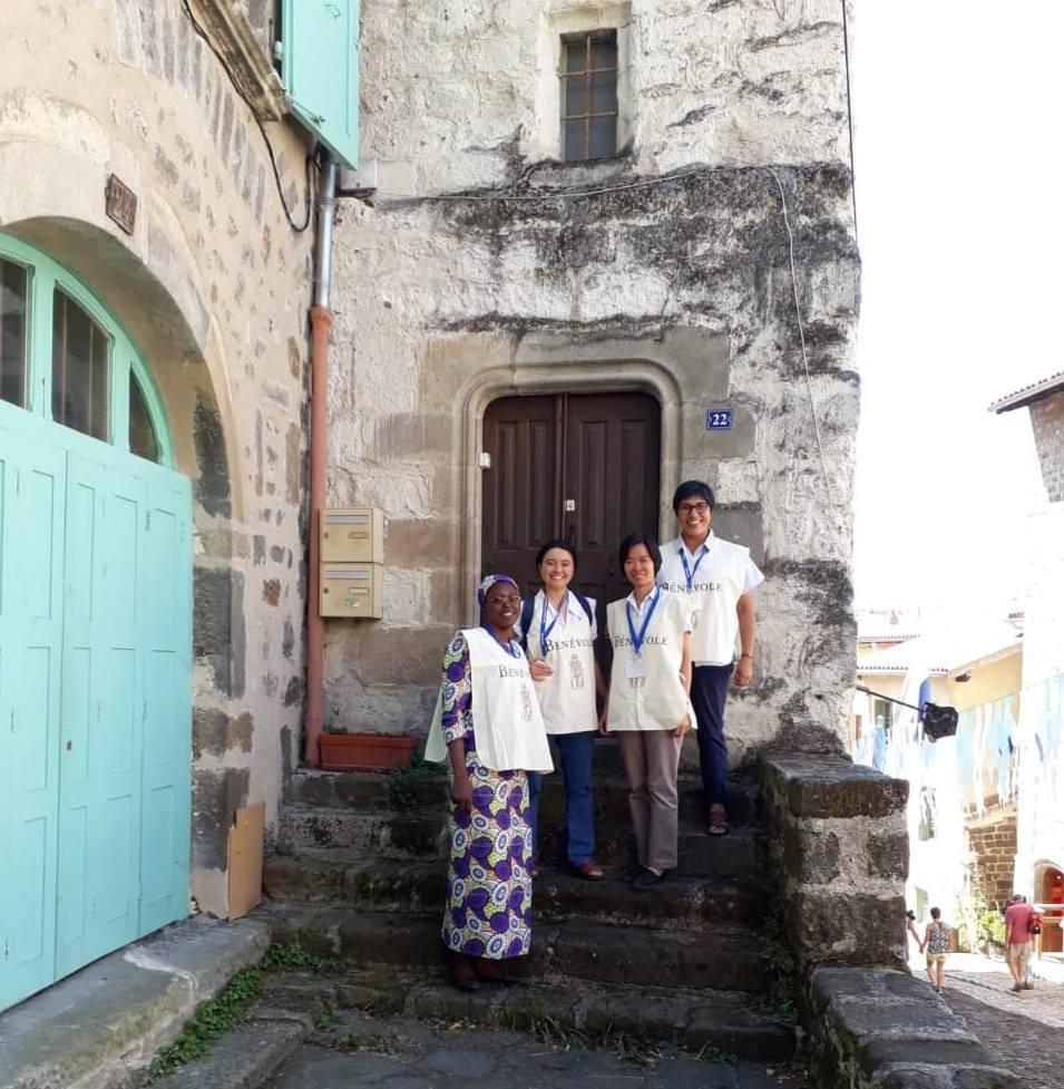 Accueil de pèlerins à la Cathédrale du Puy -Maison d_Anne Marie Martel